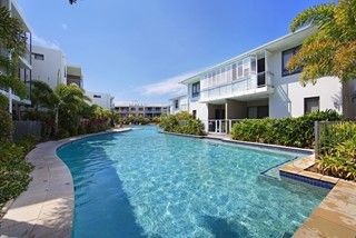 PRICED TO SELL - STYLISH BEACHFRONT APARTMENT