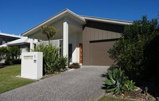 MODERN & STYLISH HOME, JUST FOOTSTEPS TO SURF, SUN & SAND