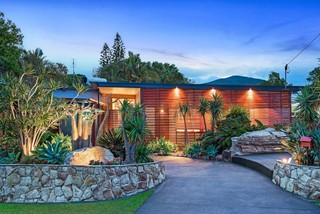 CONTEMPORARY BEACH HOUSE LOCATED IN THE GOLDEN TRIANGLE