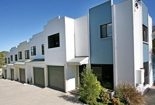 Stylish living - Mountain Views - Easy Walk to Beach and Shops